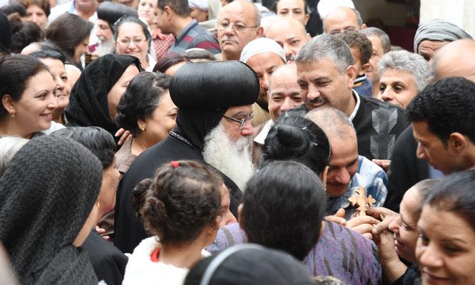 S.E. Bischof Anba Damian wird herzlich in Ägypten empfangen. Foto: Maria Hopp