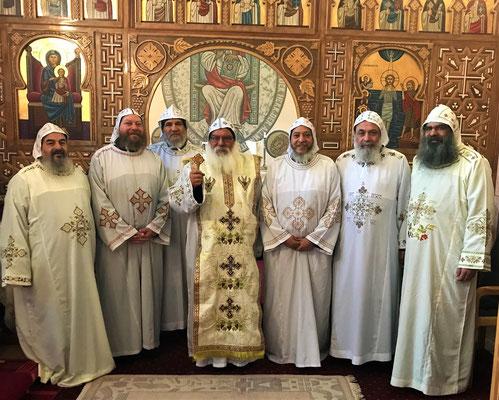 Pater Sorial Elmoharaky, Pater Bolikarbos El-Moharaky, Pater Ologius Elmacary, S.E. Bischof Anba Damian, Pater Girgis El Moharaki, Pater Baflous Elmohrky und Pater Mankaryos Elmoharraqy