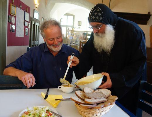 S.E. Bischof Anba Damian versorgt den Gast mit ägyptischer Linsensuppe.