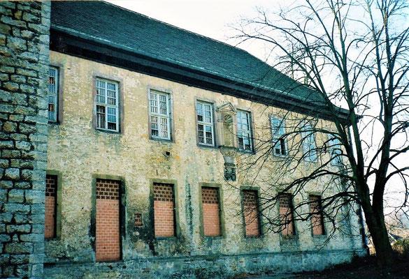 Die Fenster des Kloster sind zugemauert oder zerschlagen.