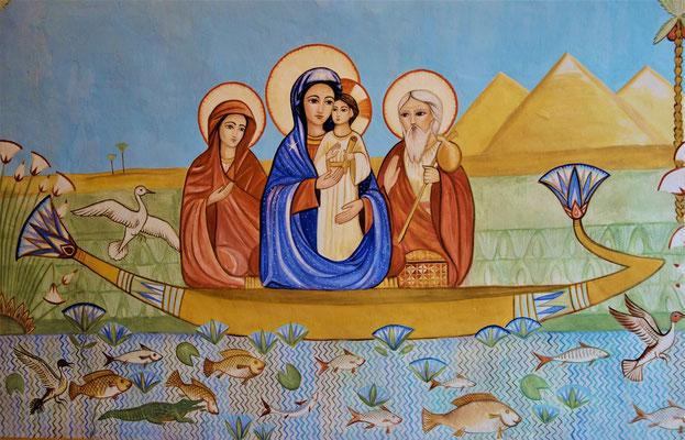 Gemäß der koptischen Überlieferung wurde die Heilige Familie von der Hebamme Salome begleitet. Hier sind sie in einem Nilboot in der Nähe der Pyramiden von Gizeh dargestellt. Malerei: Daniela Rutica. Foto: Jennifer Peppler