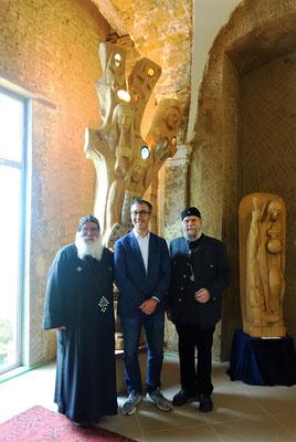 S.E. Bischof Anba Damian, Cem Özdemir und Gunter Schmidt-Riedig vor der Offenbarung und dem ökumenischen Fenster. Foto: Jennifer Peppler