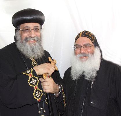 S.H. Papst Tawadros II (hier mit Bischof-Mütze) und S.E. Bischof Anba Damian (hier mit Mönch-Kopfbedeckung), Foto: Dieter Obermeyer