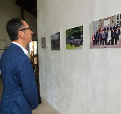 Cem Özdemir fokusiert ein Foto der weltlichen und geistlichen Ehrengäste beim ersten ökumenischen Dorfkirchentag in Brenkhausen. Foto: Jennifer Peppler