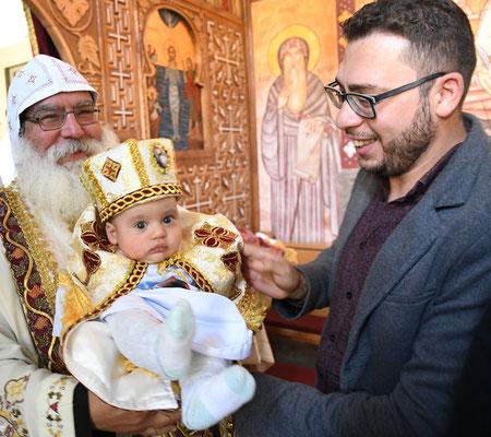 Taufe eines koptischen Jungen in Partiarchengewand mit Krone. Foto: Maria Hopp