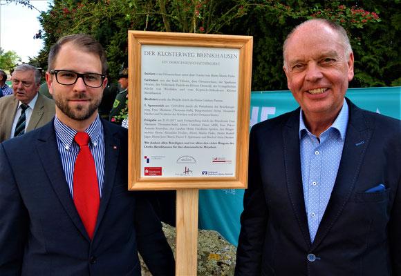 Herr Jäger (Volksbank-Höxter) und Herr Dorn (Sparkasse Höxter) haben zuvor das neue Schild des Klosterweges enthüllt. Foto: Jennifer Peppler