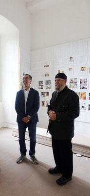 Cem Özdemir und Gunter Schmidt-Riedig im Raum der Dokumentation 25 Jahre Koptisches Kloster. Foto: Jennifer Peppler