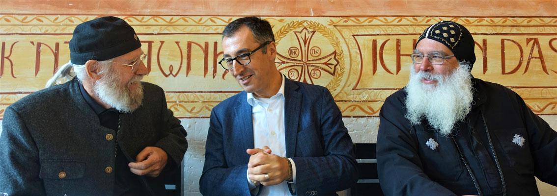 Gunter Schmidt-Riedig, Cem Özdemir und S.E. Bischof Anba Damian im Gespräch. Foto: Jennifer Peppler