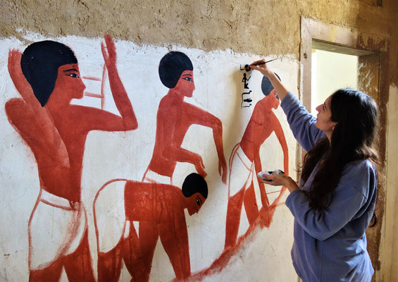 Ägyptologin Daniela Rutica malt Motive aus dem Grab des Wesirs Rechmire (ca. 1500 v. Chr.). Foto: Jennifer Peppler
