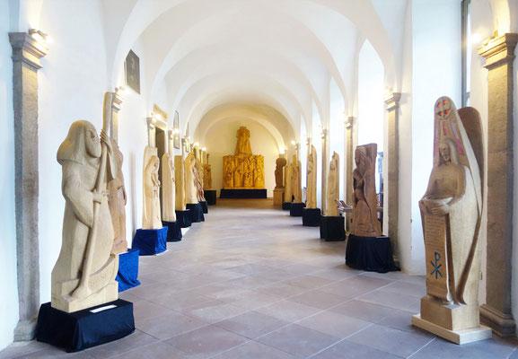 Dauerausstellung der Holzskulpturen im Kreuzgang des Koptischen Klosters. Foto: Jennifer Peppler