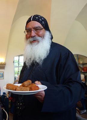 S.E. Bischof Anba Damian serviert seinen Gästen eine ägyptische Spezialität: Köfte. Foto: © Jennifer Peppler