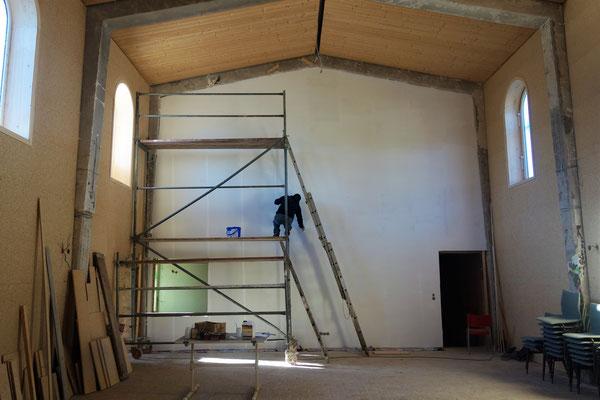 Streichen der Wand  als Grundierung für die koptische Malerei. Foto: D. Rutica