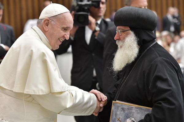 S.E. Bischof Anba Damian trifft S.H. Papst Franziskus im Vatikan in Rom. Foto: © Servizio Fotografico - L'Osservatore Romano