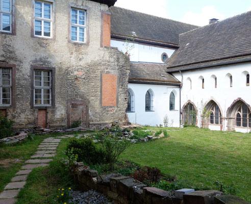 Der Klostergarten im Innenhof. Die alte Fassade zeigt den Zustand des Klosters vor der Renovierung. Foto: Jennifer Peppler