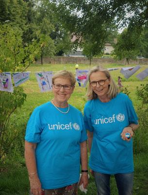 Die Schirmherrin des Kinderfestes von UNICEF Höxter Mechthild Töpfer (links im Bild) wurde durch zahlreiche ehreamtliche Freunde und Helfer unterstützt. Foto: Jennifer Peppler