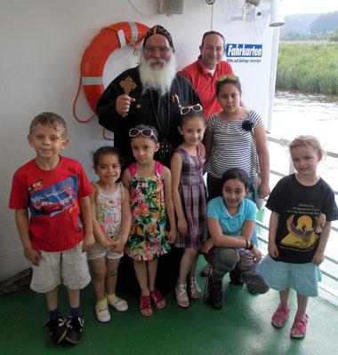 """S.E. Bischof Anba Damian mit den Kindern als """"Geschenke Gottes"""". Foto: Jennifer Peppler"""
