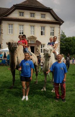 Famile Rosenberger ließ Kinderträume wahr werden mit ihren Kamelem Petri und Ivan. Foto: Jennifer Peppler