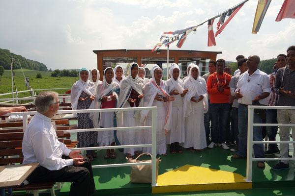 Gäste aus Eritrea unterstützen den ökumenischen Gottesdienst mit Gesängen. Foto: Jennifer Peppler