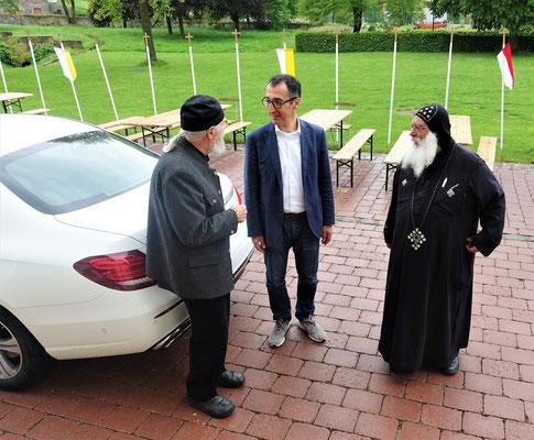 Begrüßung und Ankunft von Cem Özdemir (MdB) und S.E. Bischof Anba Damian im Koptischen Kloster. Foto: Jennifer Peppler