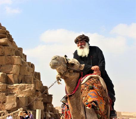 S.E. Bischof Anba Damian reist wie seine Vorfahren auf dem Rücken eines Kamels durch das Plateu von Gizeh. Foto: Elfriede Putzer