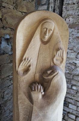 """""""Geborgen im Strahl des Engels"""", Lindenholz 2000, Höhe 165 cm. Im Hintergrund ist der Zustand des Klosters vor der Renovierung zu sehen. Foto: Jennifer Peppler"""