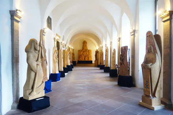 Die Holzskulpturen-Ausstellung von Gunter Schmidt-Riedig im Kreuzgang. Foto: Jennifer Peppler