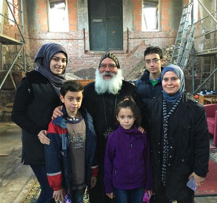 S.E. Bischof Anba Damian mit einer Familie nach dem Gottesdienst in der neu entstehenden Kirche in Borgentreich