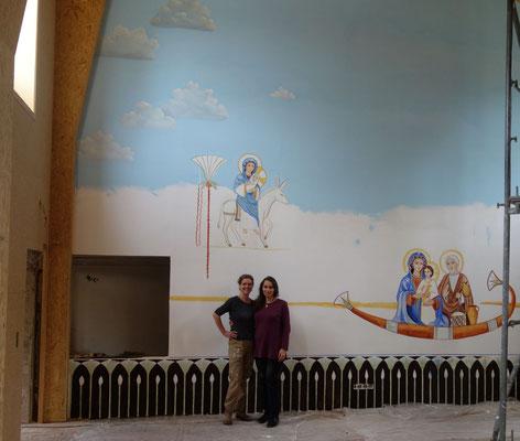 """Die Künstlerinnen Daniela Rutica und Angela Kaiser beginnen mit der Wandmalerei zu """"Die Hl. Familie in Ägypten"""""""