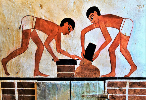 Ägyptische Arbeiter formen die Lehmziegel. Malerei: Daniela Rutica. Foto: Jennifer Peppler