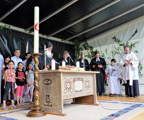 S.E. Bischof Anba Damian trägt das Segensgebet über dem Licht vor, zusammen mit Liturgen aus der Koptisch-Orthodoxen Kirche. Foto: Jennifer Peppler