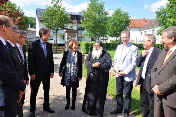 Bischof Anba Damian empfängt und begrüßt seine Gäste, in gewohnt fröhlicher und herzlicher Manier. Foto: Jennifer Peppler