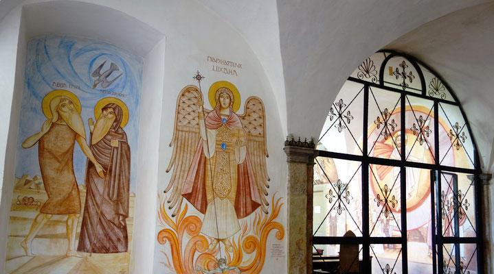 Das Tor zur Klosterkapelle. Malereien: Dr. Stéphane René. Foto: Jennifer Peppler