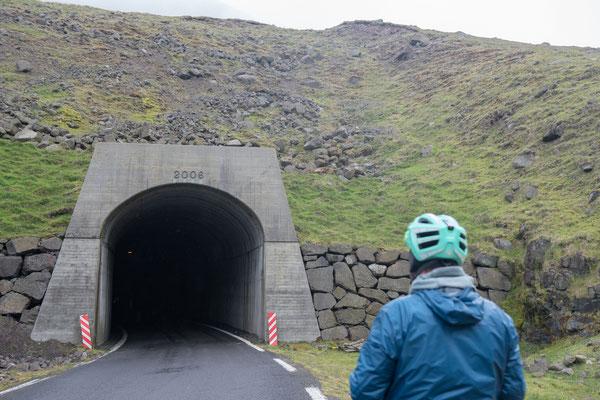 Seit 2006 ist der Ort hinter diesem Tunnel mit einem Fahrzeug erreichbar, davor nur zu Fuss oder Heli.