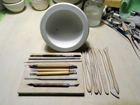 diverses Werkzeug, eine Diskushalbform in 12cm, ein Holzbrett