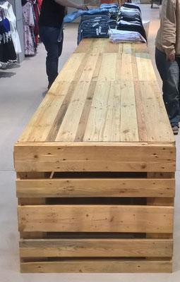 Verkaufstisch mit integriertem Stauraum