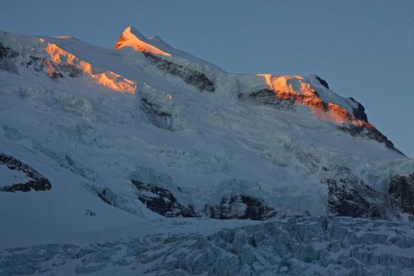 Gran Combin. Der steile Gipfelhang sieht von hier noch steiler aus.