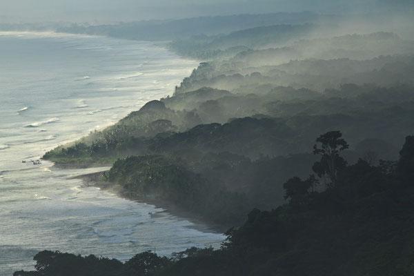 Morgennebel an der Pazifikküste bei Dominical