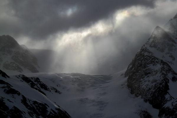 Vor der Rif. Pizzini: -15°C, Sturm und Blick in Richtung Monte Cevedale