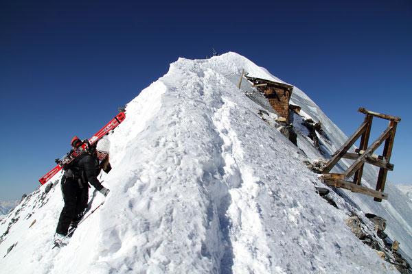 Der Gipfelgrat an der Königspitze. Rechts: Unterstände aus dem 1. Weltkrieg in 3800m Höhe.