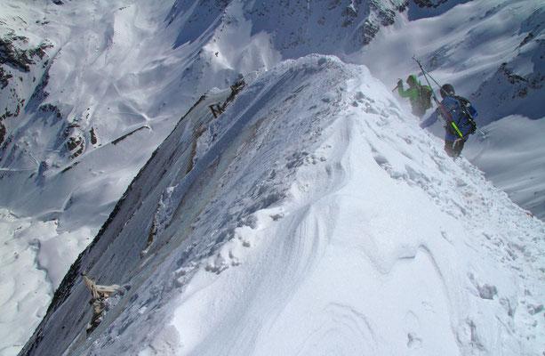 Abstieg über den Grat. Nach links fällt die Nordwand viele Hundert Meter in die Tiefe.