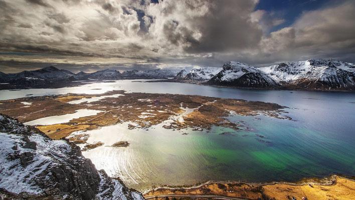 Am Gipfel des Hoven, 368m. Blick nach Vestvågøya.