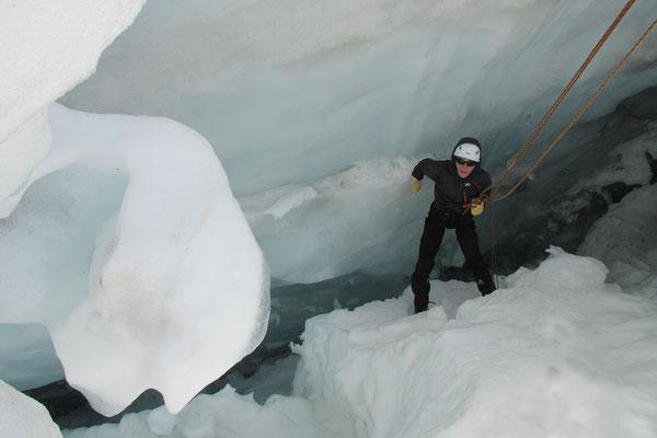 Tief in der Gletscherspalte. Helm obligatorisch. Gummihandschuhe nützlich!!