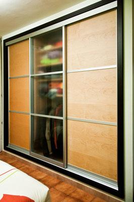 Sliding-door closet