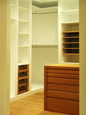 Oak and lacquered walk-in closet