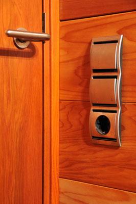Detalle de puerta y panelado con interruptores