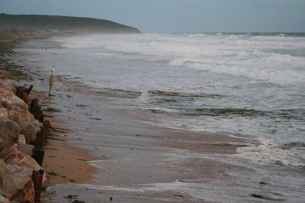 ... und verschlingt unseren kilometerlangen, bis zu 500 m breiten Strand