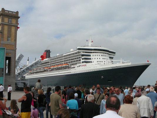 Volksfest beim Auslaufen der Queen Mary 2 aus dem Hafen von Cherbourg