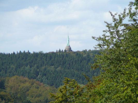 Der Blick von unserer Terrasse auf das Hermannsdenkmal (herangezoomt)