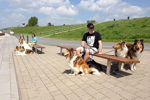 Im Hafen, Andi mit seinen Mädels