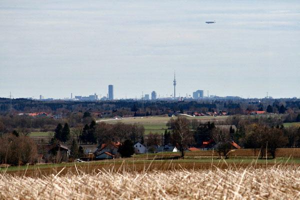 Die eine Richtung: Blick auf die Skyline von München in weiter Ferne